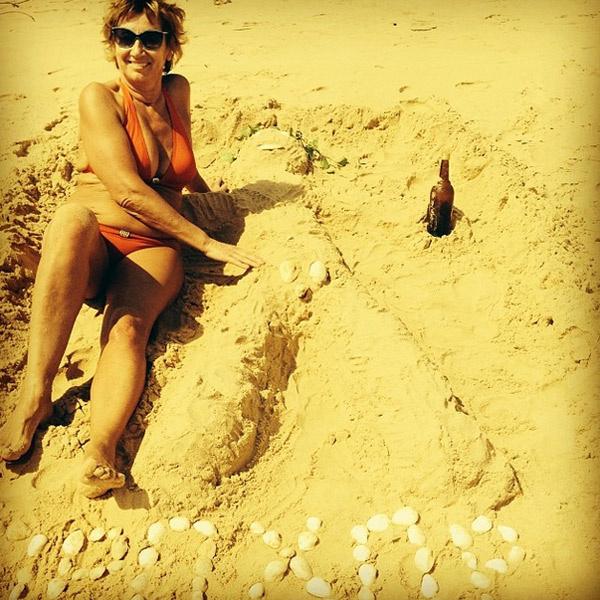 Лариса развлекает себя созданием фигур из песка