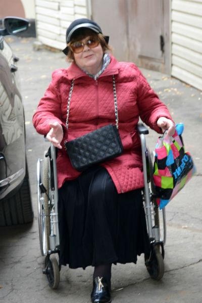 Актриса передвигается на инвалидной коляске
