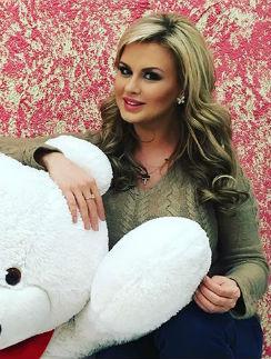У Анна Семенович есть эротические фотографии. Выложены на Starsru.ru