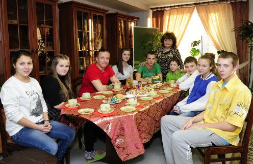 Библиотека приюта «Зюзино». Слева направо: Галя, Настя, Иван Охлобыстин, Лена, Максим, директор приюта Нина Ларина, два Димы, Кристина и Саша