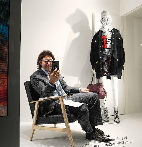 Мы с Франческо Бонами за стеклом главного модного магазина страны