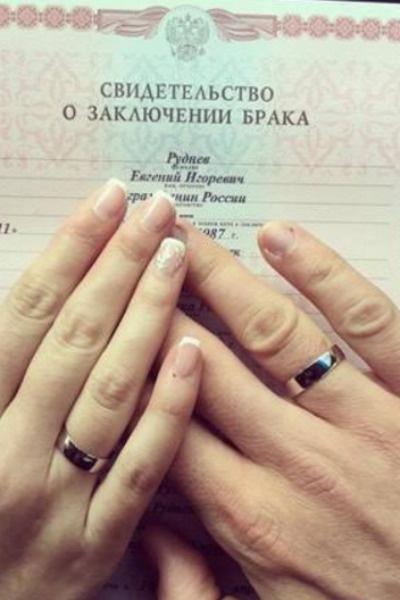 Молодожены засняли свидетельство о браке