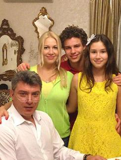 Борис Немцов, Екатерина Одинцова,  Антон поздравляют Дину с днем   рождения, 1 апреля 2013 года