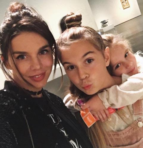 Анна Седокова с дочерьми Лизой и Моникой