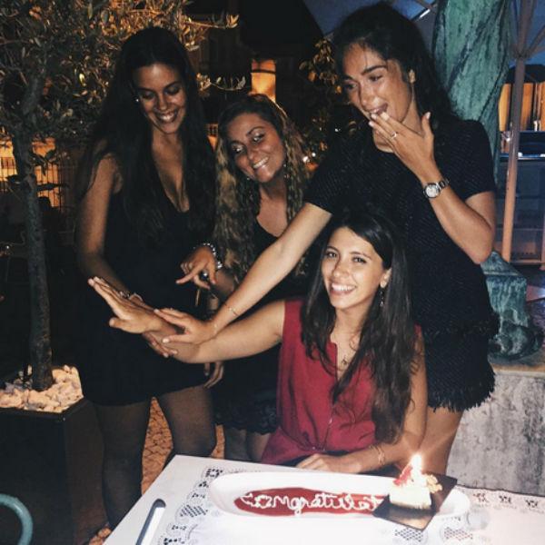 Близкие девушки оценили размер бриллианта на помолвочном кольце Инги
