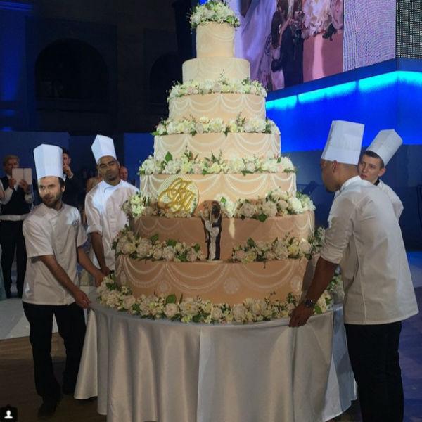 Огромный семиярусный торт от Александра Селезнева весил 300 кг!