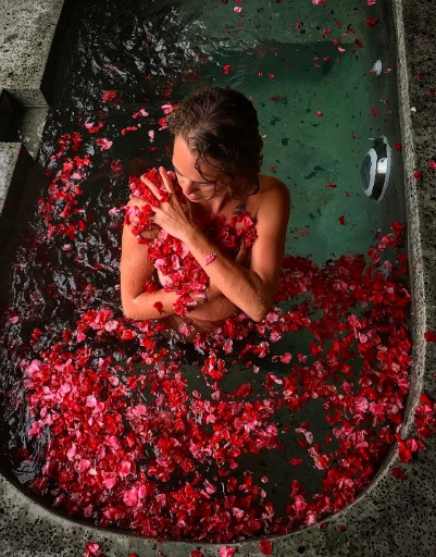 Аглая Тарасова искупалась влепестках роз наБали