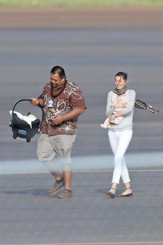 Жизель с дочкой покидает аэропорт