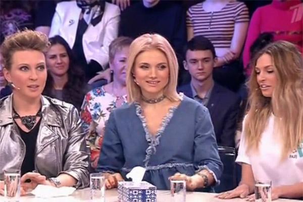 Саша Савельева и Ирина Тонева присели рядом с Яной Чуриковой