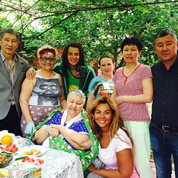 Корнелия Манго призналась, что счастлива оказаться с любимым мужчиной среди родных и близких людей