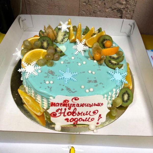 Все, кто приезжает, привозят гостинцы, традиционно мандарины и сладости. Редакция «СтраХита» специально заказала праздничный новогодний торт