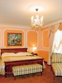 Номер находится на шестом этаже и состоит из спальни, гостиной и рабочего кабинета