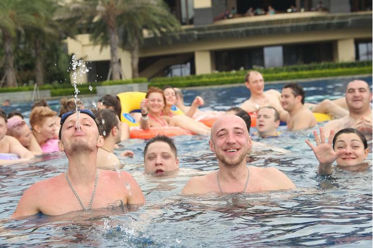 Резиденты Comedy Club принимают водные процедуры вместе с