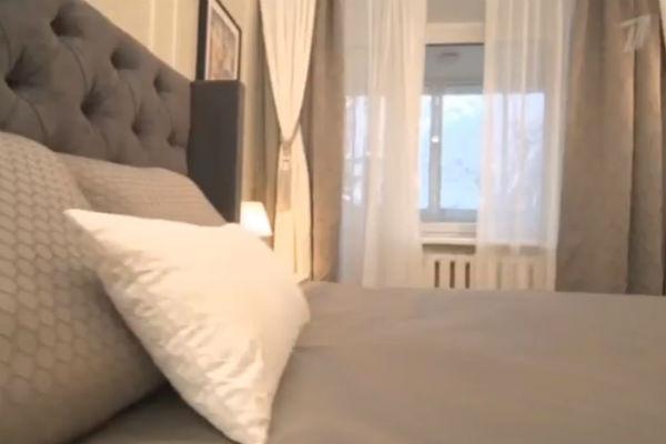 Мужчине особенно приглянулась большая кровать с мягким изголовьем