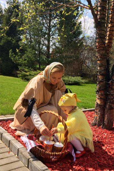 В канун Пасхи Татьяна Навка опубликовала в микроблоге это фото с дочкой