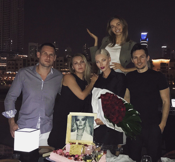 Алена Шишкова с Павлом Дуровым и друзьями на вечеринке в ОАЭ