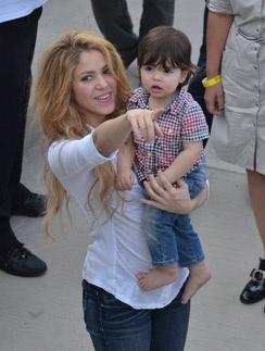 Шакира с сыном Миланом в Колумбии