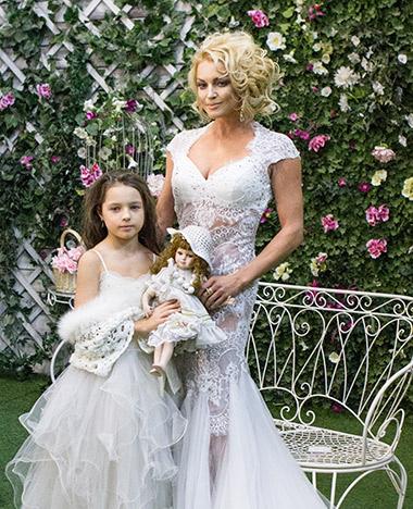 Анастасия Волочкова сняла дочь Аришу в клипе