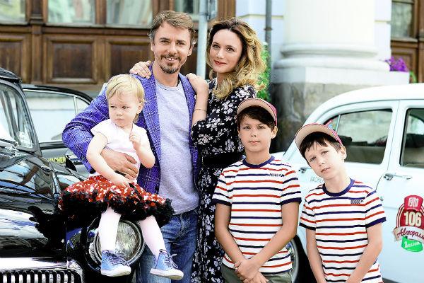 Игорь с супругой, актрисой Кристиной Бродской, дочерью Софией-Каролиной и старшими сыновьями от брака с Екатериной Климовой Матвеем и Корнеем