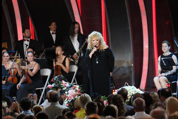 Алла Пугачева исполняет один из своих хитов