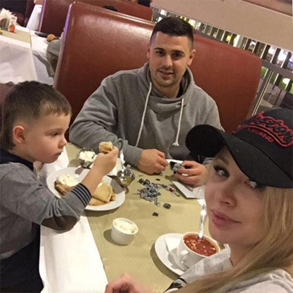 Семейство Пынзарей в сборе: Даша, Сергей и их сын Тема, которому родители совсем скоро подарят братика