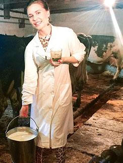 Юлия Михалкова сначала научилась доить корову, а потом еще и козу!
