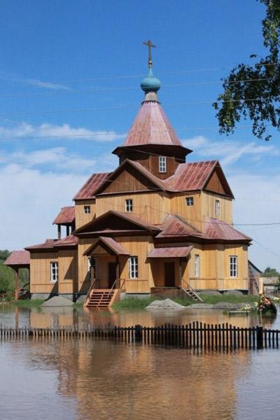 Вода во время наводнения окружила церковь, в ограде которой похоронен актер