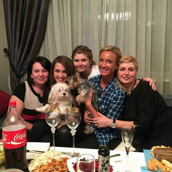 Ольга Бузова с женской половиной своих родственников