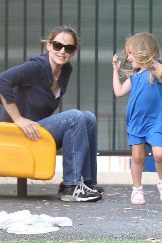 Актриса несколько раз прокатилась с горки вместе с дочерью