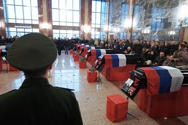 Прощание с жертвами катастрофы на военном кладбище в Подмосковье
