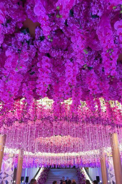 Зал был украшен тысячами цветочных бутонов