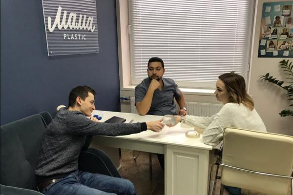 Диана Шурыгина с супругом консультируются с хирургом