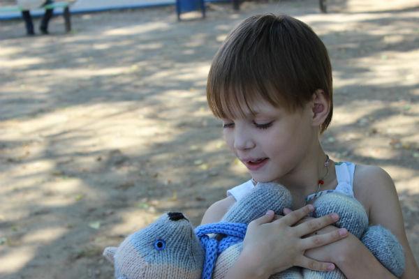 Шестой ребенок Фортуны – 8-летняя Оля. Еще до встречи с ней Елена связала медведя, сейчас девочка не расстается с игрушкой