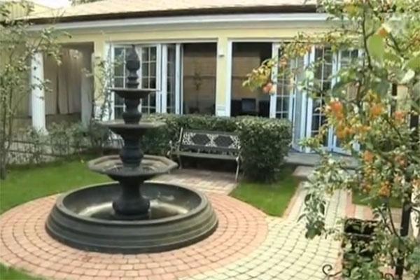 Рядом с домом шикарный сад
