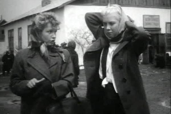 Первая драматическая роль Тамары Носовой (справа) в «Молодой гвардии»