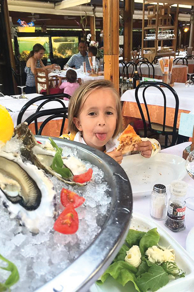 На отдыхе в Италии Аня лакомилась пиццей и мороженым