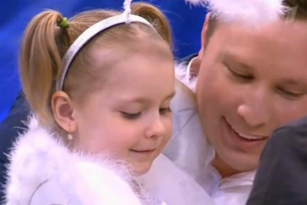 Дочь Пермяковой Варвара на руках у отца, Максима Скрябина