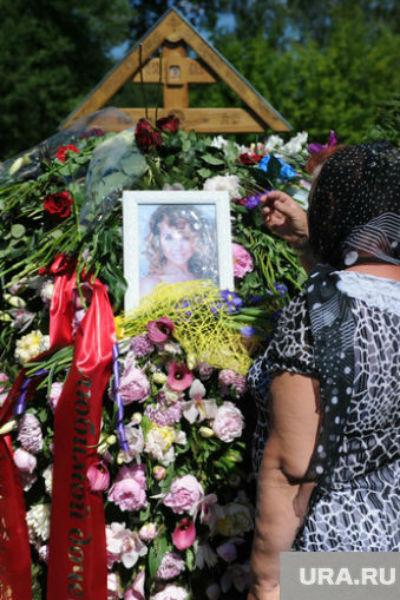 С самого утра к могиле звезды съезжались ее близкие, друзья и поклонники