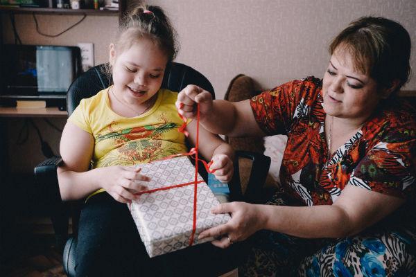 Девочка обрадовалась подарку - она давно мечтала о планшете
