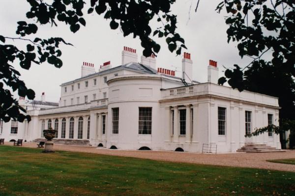 Поклонникам королевской семьи разрешили посетить сады Фрогмор-хауса