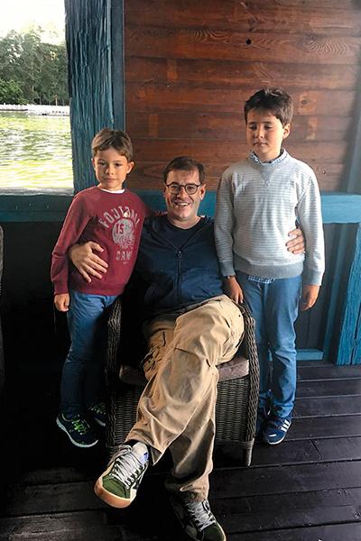 Супруг Банщиковой Всеволод строго воспитывает сыновей Мишу и Сашу