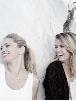 Певица вместе со своей сестрой