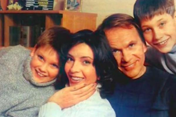 Алексей Гуськов с женой и детьми