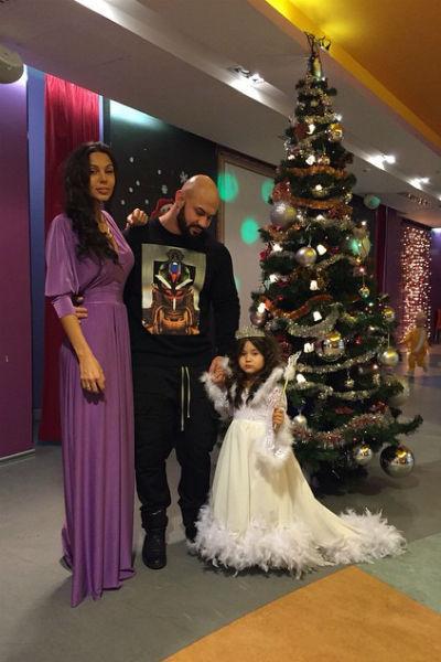 Счастлвая семья собралась на новогоднем утреннике Ариелы