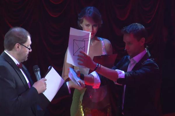 Ксения Собчак держалась уверенно всю церемонию, хотя зал вовсю обсуждал ее беременность