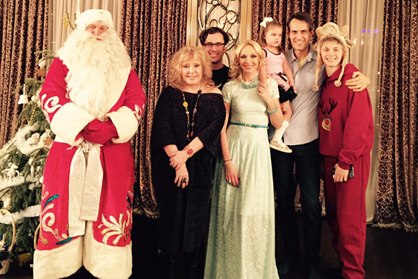 Уже второй год подряд Миколас наряжается Дедом Морозом, чтобы поздравить любимую внучку Клавдию
