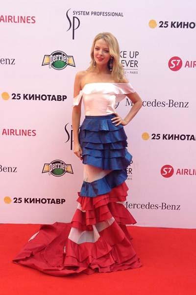 Марина Орлова в платье цветов российского флага
