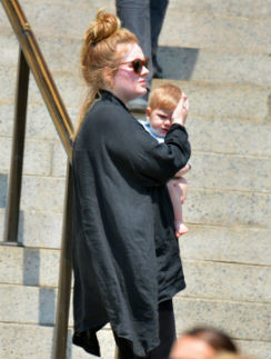 Адель с сыном на ступенях Метрополитен-музея