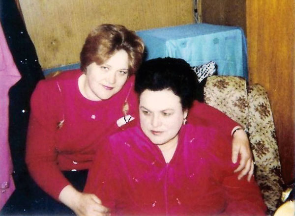 Татьяна Свинкова (слева) верой и правдой служила Людмиле Зыкиной с 1985 года. Фото из архива Свинковой