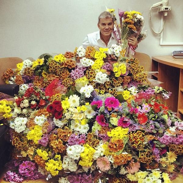 И это еще не все цветы, которые получил певец